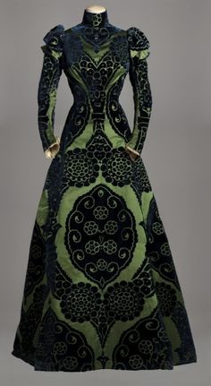 "blatterburystreet: "" fripperiesandfobs: "" Worth tea gown, 1895 From the Musee Galliera via the Huffington Post "" da veri Serpeverde! "" Worth Tea Gown - c. 1895 - House of Worth - Silk dress with a. 1890s Fashion, Edwardian Fashion, Vintage Fashion, Edwardian Dress, Paris Fashion, Fashion Goth, Dress Fashion, Victorian Dresses, Fashion Sandals"