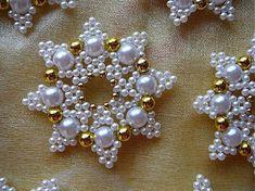Je vyrobená z perličiek a drôtiku. Veľkosť 5,5 cm