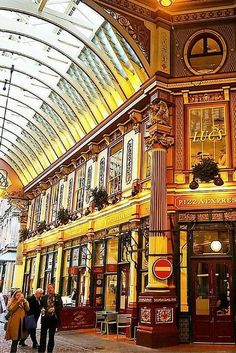 Perfect London itinerary for first time visitors. This 5 day London itinerary includes the Tower of London, Westminster Abbey, the London Eye, and more! Save money on London's top attractions and tours with these travel hacks. Sightseeing London, London Travel, Brisbane, Melbourne, London Must See, The Places Youll Go, Places To Visit, Voyage Europe, England And Scotland