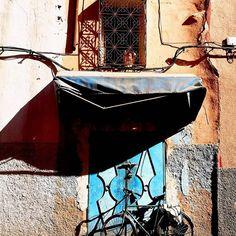 """Żadne z dotychczas odwiedzonych miejsc nie wzbudziło we mnie tak wielu sprzecznych emocji jak #marrakesz Chyba wszystkich możliwych emocji - od zachwytu i podziwu po niesamowity smutek, nostalgię i tęsknotę za """"czymś"""". . W Marrakeszu podszkoliłam swoją asertywność, zobaczyłam jak wygląda życie poza """"magią"""" Maroka, którą ogląda się w zdjęciach z katalogów biur podróży czy instagramowych zdjęciach. Uświadomiłam sobie jeszcze bardziej, że świat faktycznie składa się z niesamowitych kontrastów… Coleslaw, Food And Drink, Asia, Cabbage Salad, Coleslaw Salad"""