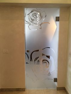 porta in vetro battente con cerniere e lavorazione sabbiatura Frosted Glass Design, Frosted Glass Door, Glass Partition Designs, Etched Glass Door, Bedroom Door Design, Nail Salon Decor, Sandblasted Glass, Decorative Panels, Decoration