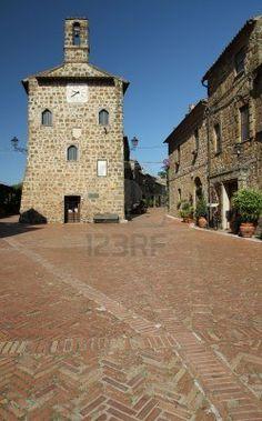 Plaza principal del  pueblo de la Toscana, Sovana, Italia