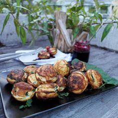 Saaranlautasella: SUOLAISET PANNUKAKKU PALLEROT MOZZARELLA JUUSTOLLA Mozzarella, Sprouts, Vegetables, Blog, Vegetable Recipes, Blogging, Veggies