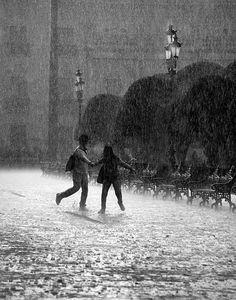 Black and white photo of couple in the rain, downtown Leon, Guanajuato, Mexico. Couple Aesthetic, Aesthetic Pictures, Poses Photo, Black And White Aesthetic, Aesthetic Dark, Photo Couple, Dancing In The Rain, Rain Dance, Teenage Dream
