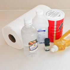 Les lingettes désinfectantes sont très chères. Pour moins d'un dollar, vous pouvez faire les vôtres à la maison ! De plus, vos lingettes seront sans produits chimiques, contrairement à celles vendues en magasin. Quand il ya un gâchis, au lieu d'attei
