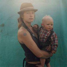 """Ensaio fotográfico mostra a vida dos """"ciganos modernos"""": http://www.hypeness.com.br/2013/10/belo-ensaio-fotografico-mostra-a-vida-dos-ciganos-modernos/"""