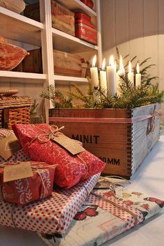 Er vel egentlig ikke å anbefale...men jeg fikk et innfall her om dagen om at hylla og bordet her kunne blitt fint i hvitt til jul....