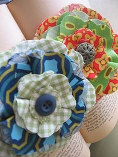 diy fabric flowers from bluecricketdesign. A nice diy for Ideas for Bow Dazzling Volunteers. Just add an alligator clip with a felt circle instead of a brooch pin and you have a sweet accessory for hair or headband Fabric Flower Pins, Fabric Flower Brooch, Fabric Flower Tutorial, Fabric Ribbon, Bow Tutorial, Cloth Flowers, Felt Flowers, Diy Flowers, Blooming Flowers