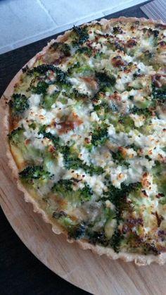 Hartige taart met gehakt, broccoli en gorgonzola.
