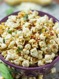 Pizza and popcorn in one? is sharing an exclusive recipe for Margherita Pizza Popcorn plus a giveaway to try their stuff! Popcorn Snacks, Flavored Popcorn, Gourmet Popcorn, Popcorn Recipes, Snack Recipes, Cooking Recipes, Popcorn Flavours, Butter Popcorn, Yummy Snacks