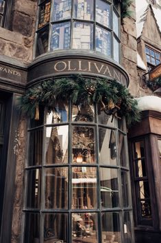 Planning a trip to Universal Studios Hollywood? This guide has you covered. As a huge theme park… Estilo Harry Potter, Mundo Harry Potter, Harry Potter World, Harry Potter Diagon Alley, Harry Potter Tumblr, Harry Potter Pictures, James Potter, Wow Photo, Slytherin Aesthetic