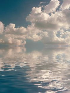 ✮ Puffy clouds reflected on smooth water