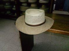Para los amantes del golf y de los caballos, es un sombrero que no debe faltar en su guardaropa.