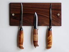 (querer) A magnetic holder keeps knives close at hand.
