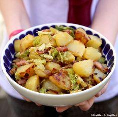 Pommes de terre sautées et chou vert, lardons et oignons. Remplacez les lardons par champignons, oeufs brouillés, ou tofu fumé !