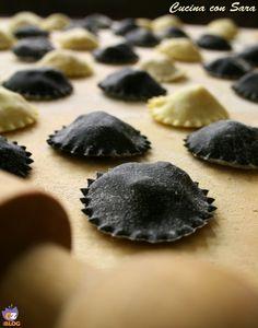 Ravioli al nero di seppia con merluzzo e patate.La ricetta originale la trovate sul blog di Michela Carta