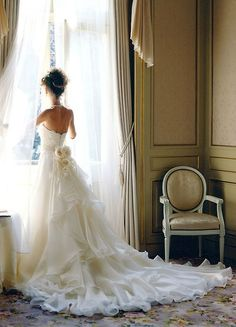 I'm in love with this dress!! <3 <3 ...long wedding dress