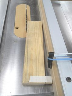 Taper Cuts Without a Jig / Couper en biseaux sans gabarit Woodworking Jigsaw, Woodworking Courses, Woodworking Garage, Woodworking Hand Tools, Wood Tools, Woodworking Supplies, Easy Woodworking Projects, Woodworking Techniques, Diy Wood Projects