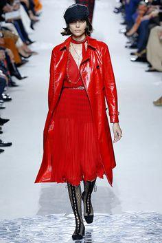 PFW - O vermelho foi destaque nas passarelas da Paris Fashion Week! A cor, que apareceu em quase todos os desfiles, promete esquentar o verão 2018/19! Imagem: Dior