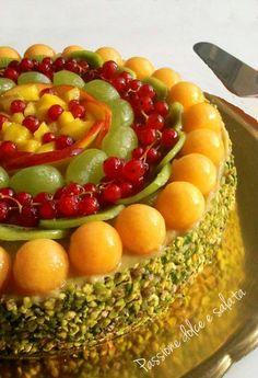 Ecco la proposta di Passione dolce e salata per il pranzo di #Ferragosto: un'esplosione di colori, sapori e freschezza...una #torta alla #frutta in cui la vera bontà è racchiusa dentro! http://blog.giallozafferano.it/passioneperilcibo/torta-alla-frutta/