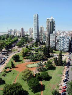 Vista aérea desde lo alto del Monumento a la Bandera de la ciudad de Rosario en Argentina,