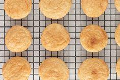 Scones cu mălai, pâinici rapide. Ingredientul secret care le dă gustul special Bread Recipes, Snack Recipes, Mozarella, Slice Of Bread, No Bake Cookies, Cornbread, Chips, Baking, Ethnic Recipes