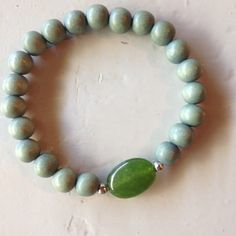 Unique bracelet of wooden beads and green gemstone. http://www.be-beryl.nl/