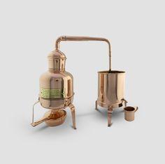 Distillatore d'erbe funzionante. Ingombro 41 x 18 cm h.34 cm, vol.1,5 litri - rame spessore 0,8 mm tornito - esterno lucido - in scatola.