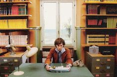 Artist at work. Wes Anderson behind the scenes of The Life Aquatic with Steve Zissou, 2004 Wes Anderson Style, Wes Anderson Movies, La Famille Tenenbaum, The Royal Tenenbaums, I Love Cinema, Moonrise Kingdom, Life Aquatic, Film Director, Moda Masculina