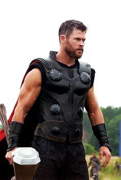 """Chris Hemsworth behind the scenes of """"Avengers: Infinity War"""" Marvel Actors, Marvel Characters, Marvel Heroes, Marvel Movies, Captain Marvel, Marvel Avengers, Captain America, Chris Hemsworth Thor, Thor Wallpaper"""