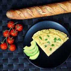 Arata ca o omleta, este pufoasa si o poti manca atat rece cat si calda. Este facuta din faina de naut, dupa cum stii nautul este o sursă excelentă de fibre,