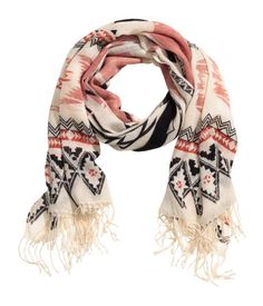 Scarf in a soft, loose woven fabric with a printed pattern and fringe on short sides. Size 31 1/2 x 78 3/4 in.