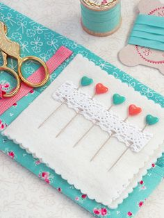 quilting on the go . EPP ~ book tour - Pretty by Hand - Small Sewing Projects, Sewing Hacks, Sewing Crafts, Sewing Kits, Needle Case, Needle Book, Hedgehog Craft, Vintage Sewing Machines, English Paper Piecing