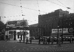 VM94-Z184-14.tif 3000×2132 pixels Garage spécialisé dans la location de voitures. On y voit des panneaux-réclames de White Rose Gasoline Catelli Egg Noodles fabriqués par la compagnie Claude Neon.1945