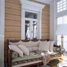 Эта загородная усадьба под Петербургом, построенная ценителями антикварной мебели, восхищает подлинностью дореволюционного быта, в котором гармонично соединились античный классицизм, ампир, французский Прованс и русский дворянский стиль.