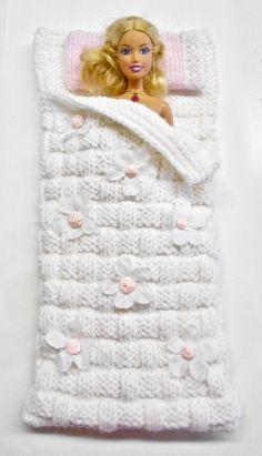 Barbie sleeping bag, tricot à la main, modèle unique Sewing Barbie Clothes, Knitting Dolls Clothes, Barbie Clothes Patterns, Crochet Doll Clothes, Sewing Toys, Barbie Toys, Knitting Toys, Barbie Stuff, Dress Sewing