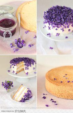 Tort fiołkowy:  biszkopt genueński - 80 g mąki pszennej, 2 łyżki mąki ziemniaczanej, 4 jajka, 100 g cukru pudru, 1 łyżeczka cukru z prawdziwą wanilią, 20 g stopionego masła, szczypta soli  przełożenie i dekoracja - słoik konfitury z płatków fiołków, 500 ml śmietanki kremowej 30%, 2 łyżki cukru pudru, szklanka świeżych lub kandyzowanych fiołków