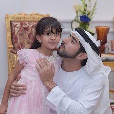 Sheema bint Nasser bin Hamad Al Khalifa con su tío, Hamdan bin Mohammed bin Rashid Al Maktoum, 07/2015. Vía: khalifasaeed