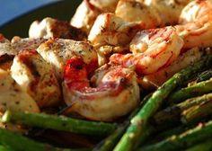 Gli Spiedini di gamberi e pollo alle arachidi costituiscono una ricetta gustosissima ma con poche calorie, si preparano tagliando il pollo a pezzi e ...