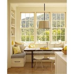 kitchen window seat.  Would love this in the kitchen for breakfast, lunch, homework, coffee etc and then a formal dining room for dinners.  *sigh*