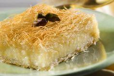 Galaktoboureko with kataifi Greek Sweets, Greek Desserts, Party Desserts, Greek Recipes, Kunafa Recipe, Food Network Recipes, Cooking Recipes, Greek Pastries, Cake Recipes