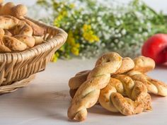 Greek Easter cookies from Smyrna by the Greek chef Akis Petretzikis. A quick and easy recipe for the most delicious and aromatic Easter cookies! Greek Cookies, Greek Sweets, Greek Easter, Easter Traditions, Easter Cookies, Greek Recipes, Easter Recipes, Cookie Bars, Biscuits