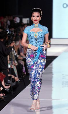 Modern Balinese costume; the kain is traditional Balinese, the kebaya is an variation on the strapless model that made Bali famous in the last century