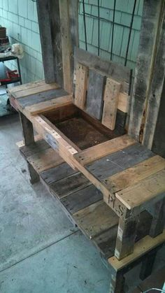 Potting Bench Ideas - Want to know how to build a potting bench? Our potting bench plan will give you a functional, beautiful garden potting bench in no time! Outdoor Potting Bench, Pallet Garden Benches, Pallet Potting Bench, Potting Tables, Potting Bench With Sink, Work Benches, Garden Furniture, Diy Furniture, Wood Projects