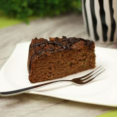 Der Zucchini-Haselnuss-Kuchen ist das leckere frisch schmeckende Gegenstück zum Karottenkuchen. Er schmeckt am besten kühl.