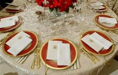 State dinners had become so large by Ronald Reagan's presidency that none of the china could accommodate the number of guests. First Lady Nancy Reagan ordered 4,370 pieces of Lenox china, enough place settings of 19 pieces for 220 people. This was nearly twice as many placesettings as other recent services.