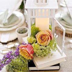 Este centro de mesa está fofíssimo! Adoramos o porta-vela com as flores.  Este centro de mesa está divino! Nos encantan los porta velas con las flores.  #casarcasar #casamento #wedding #boda #decoração #decor