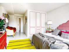 Dormitorio principal con toques bermellones