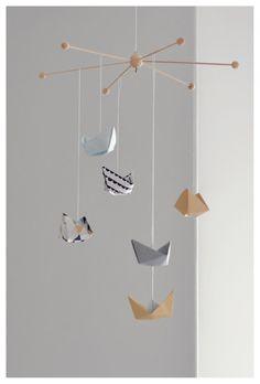 Da meine Zeit gerade etwas knapp ist und ich gerne ein Mobile für unseren Kleinen basteln wollte,bin ich auf die Idee gekommen, eins aus kleinen Origami Papierschiffchen zu basteln.Kleine Papierboote haben wir bestimmt schon alle mal in der...