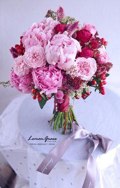 ALL PINK with a touch of red 有一段時間沒有做非常粉紅色的鮮花花球了,今次花球主要是粉紅色,加了暗紅色襯托。 粉紅色部分除了超靚的粉紅色peony,還有粉紅色荷蘭繡球、還有上次介紹的粉紅色新garden rose!!❤ 試左兩星期,真心覺得這款花型超!超!超!靚,但不好的地方是:它比其他garden rose更delicate,花瓣沒有抓花心很實,如果稍用力晃動花瓣會易散落。仍在試驗階段,希望帶給新娘子客人靚花的同時,也可以比較輕鬆打理的鮮花。會繼續努力~